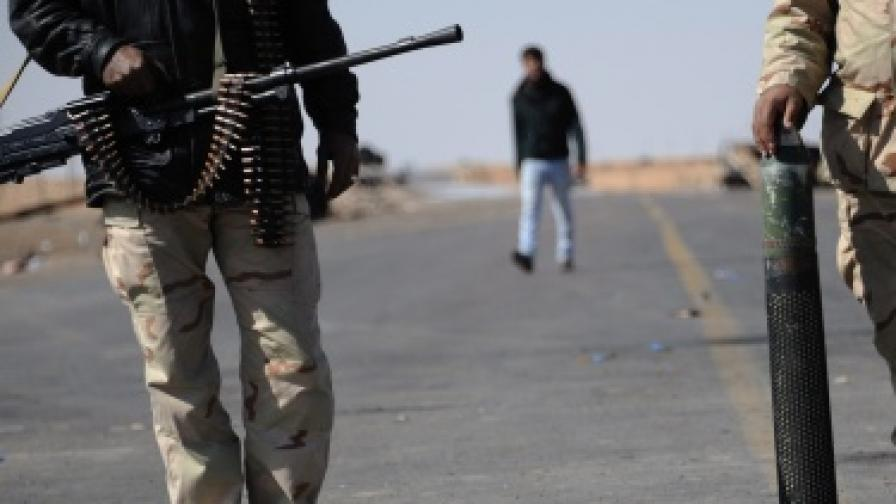Либийските бунтовници: Дайте ни оръжие!