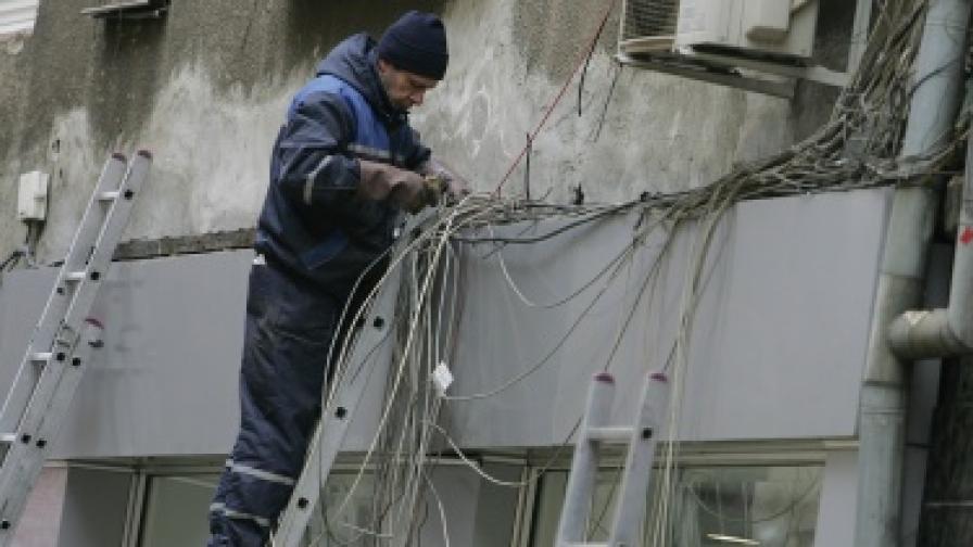 Премахнати са незаконните кабели в центъра на София
