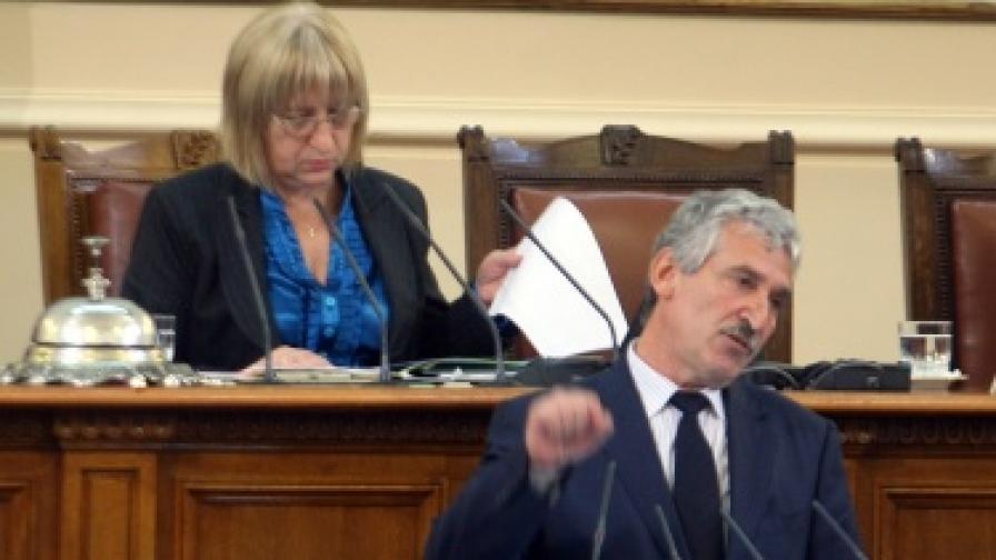 Председателят на ПГ на ГЕРБ Красимир Велчев на парламентарната трибуна
