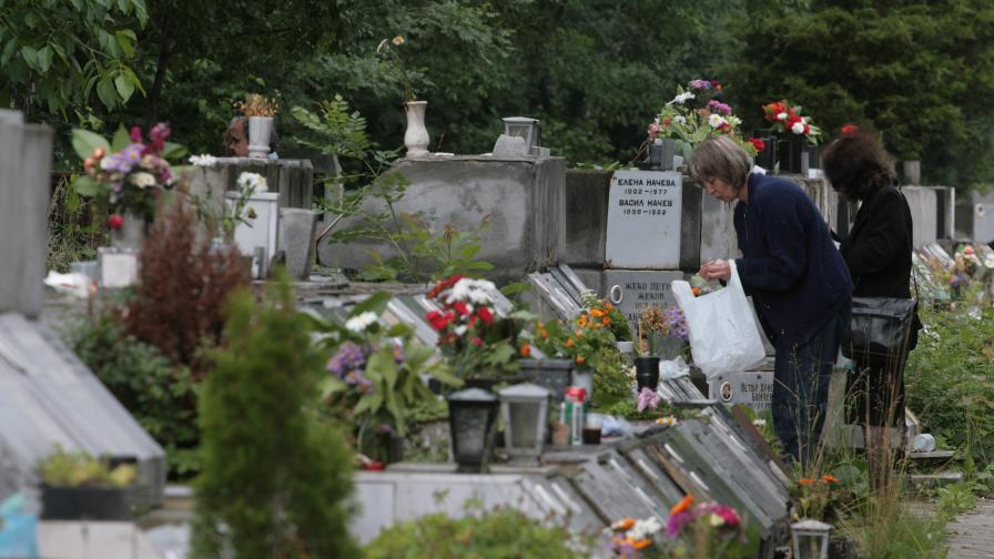 Разрешават урни в домовете и градеж на гробници