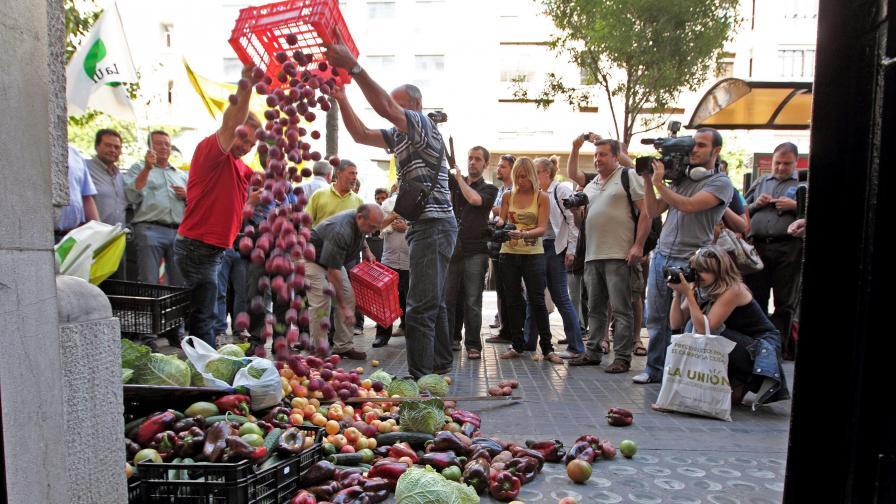 Испански фермери изхвърлят зеленчуци в знак на протест