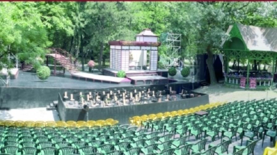 Сцената в парка на Военната академия е построена в естествена среда, а местата за зрители са 600