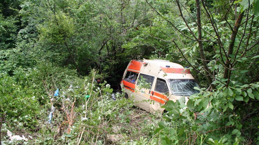 Шофьорка оцеля по чудо след падане в 15-метрова пропаст