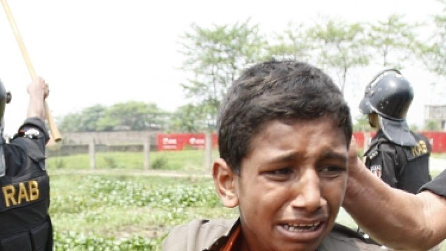 Десетки ученици загинаха в товарен камион в Бангладеш