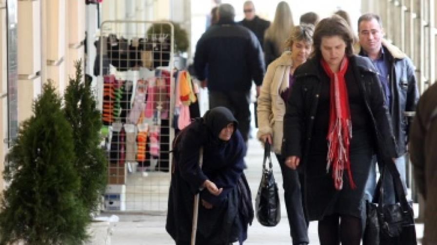 Жена, просеща по централна софийска улица