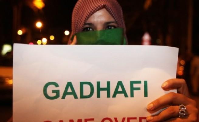 От резиденцията на Кадафи стрелят с танкове