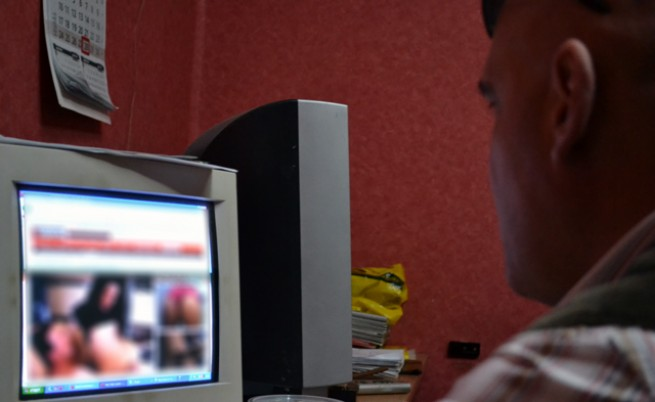 Малолетни момичета с порно снимки в сайтове за запознанства