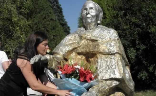 Откриха паметник на Ванга за 100-годишнината от рождението й
