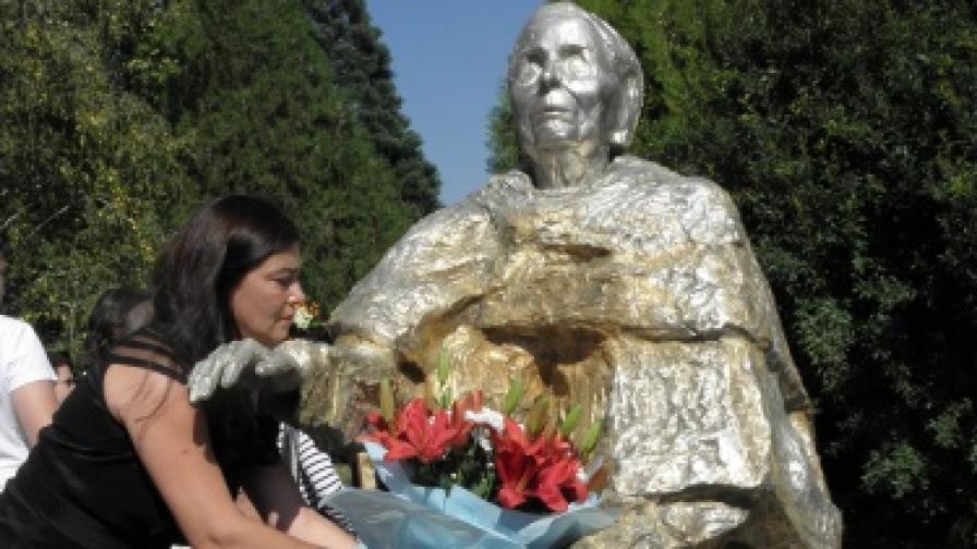 """Паметникът на ясновидката е изработен е като дар от скулптора проф. Емил Попов по поръчка на фондация """"Ванга"""""""