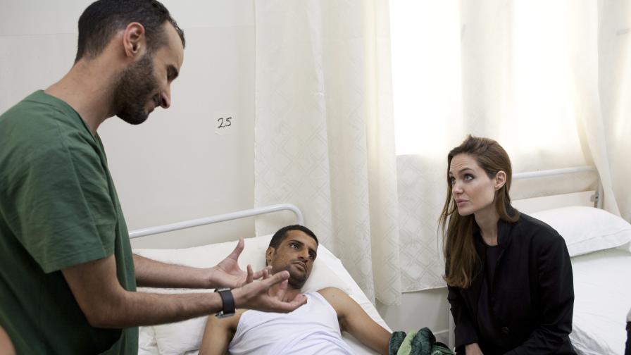 """""""Ал Кайда"""" за шариат в Либия, Анджелина Джоли е в страната"""