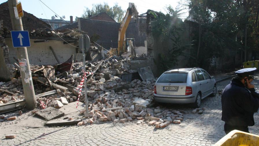 Рухнала стена премаза коли в центъра на София