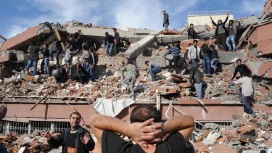Силно земетресение в Турция, стотици жертви