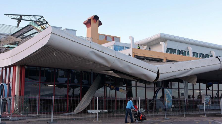 Срути се частично покрив на португалско летище