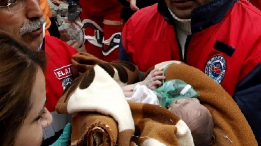 Бебе оцеля под отломките в Турция