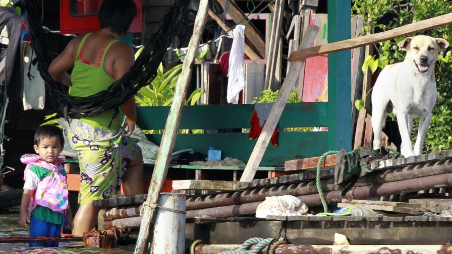 Хиляди напускат масово Банкок, бягайки от водите