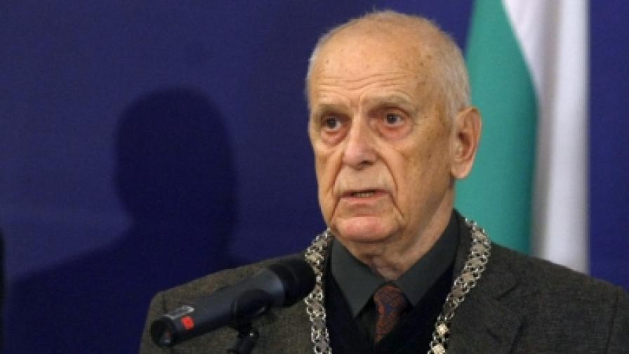 """Христо Ганев с огърлицата на Държавната награда """"Паисий Хилендарски"""""""