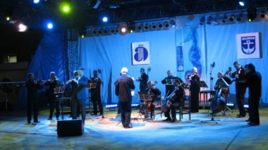 """За половинвековния си юбилей """"Софийски солисти"""" свириха и през септември 2011 г. на """"Аполония"""" в Созопол, когато бе отбелязана и 50-годишнината на кавалджията Теодосий Спасов"""