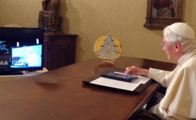 Папата запали коледните светлини с таблет
