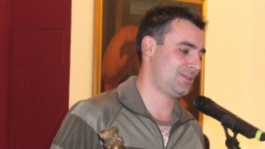 """Авторът на """"Деград"""" Васил Георгиев с наградата за книга """"Хеликон"""" за 2011 г."""