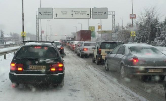Затруднения по някои пътища заради снега
