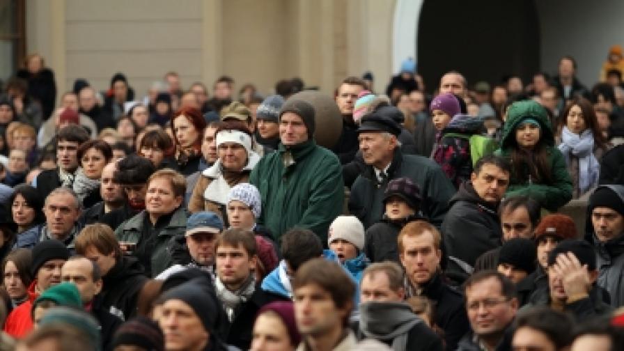 Службата в памет на Вацлав Хавел бе наблюдавана от хиляди жители на Прага на огромни екрани в двора на Пражкия замък и на близкия площад