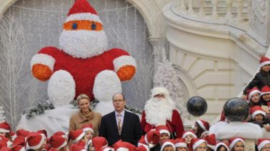 Принцът и принцесата на Монако позират заедно с деца на коледното тържество в кралския дворец на 14 декември 2012 г.