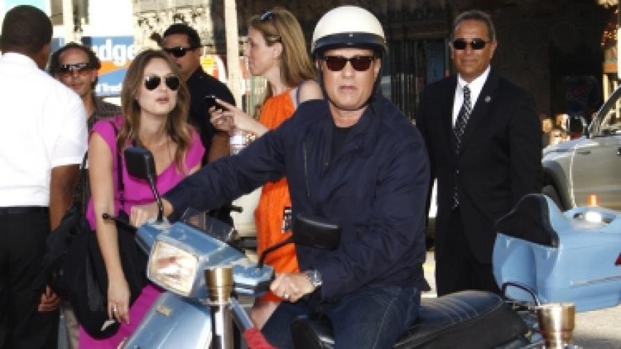 """Том Ханкс пристига с мотор на световната премиера на последния си игрален филм """"Лари Краун"""" в Лос Анжелис (снимка от 28 юни 2011)"""