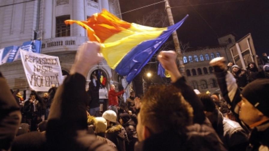 И снощи хиляди протестиращи оксупираха Университетския площад в Букурещ