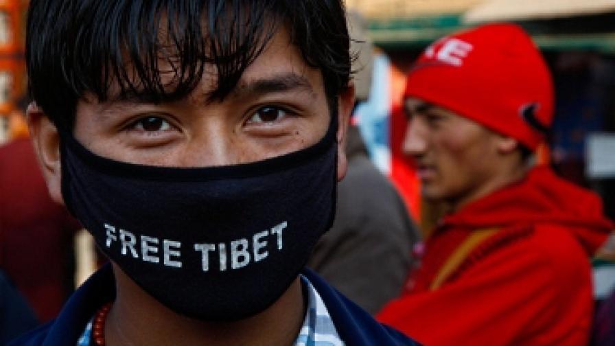 Протибетски демонстрант на протест в Катманду, Непал