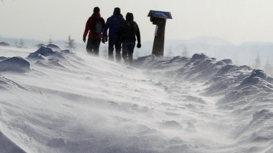 Зимата продължава да вилнее на Балканите, в Европа, в Япония...