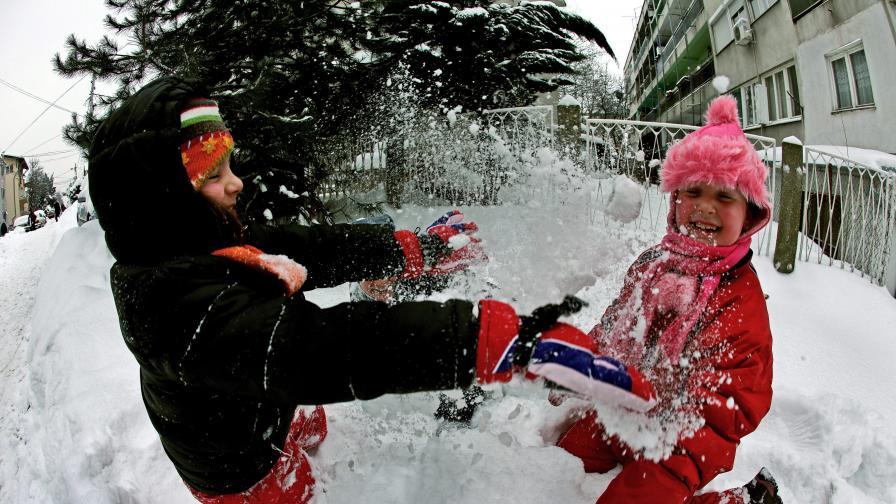 Снегът в Сърбия радва поне децата, които няма да ходят на училище