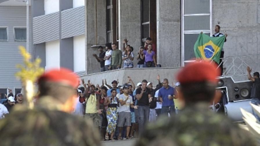 7 февруари. Войници пазят парламента в Салвадор, окупиран от протестиращите полицаи