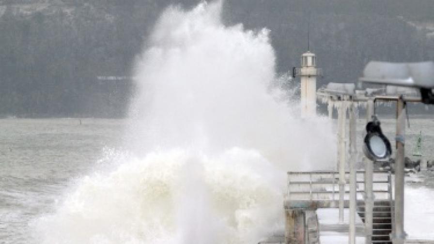 Пристанището на Варна по време на бурята