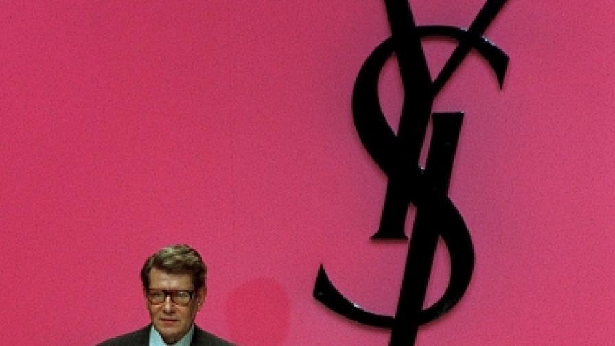 Ив Сен Лоран се появи в края на модно шоу, представящо колекция на марката за пролетта и лятото на 1996 г. Френският дизайнер почина от рак на 71-годишна възраст на 1 юни 2008 г. (снимка от 18 ноемви 1995 г.)