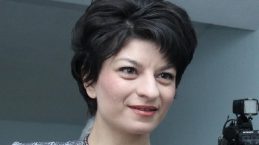 Атанасова: Няма да отказваме лични карти на неплатилите осигуровки
