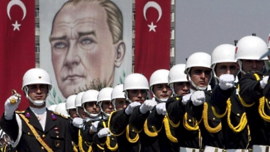 Турски войници маршируват пред портрета на Ататюрк