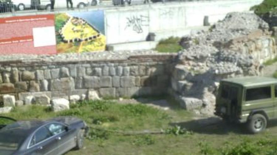 Лек автомобил падна сред разкопките на средновековна крепост