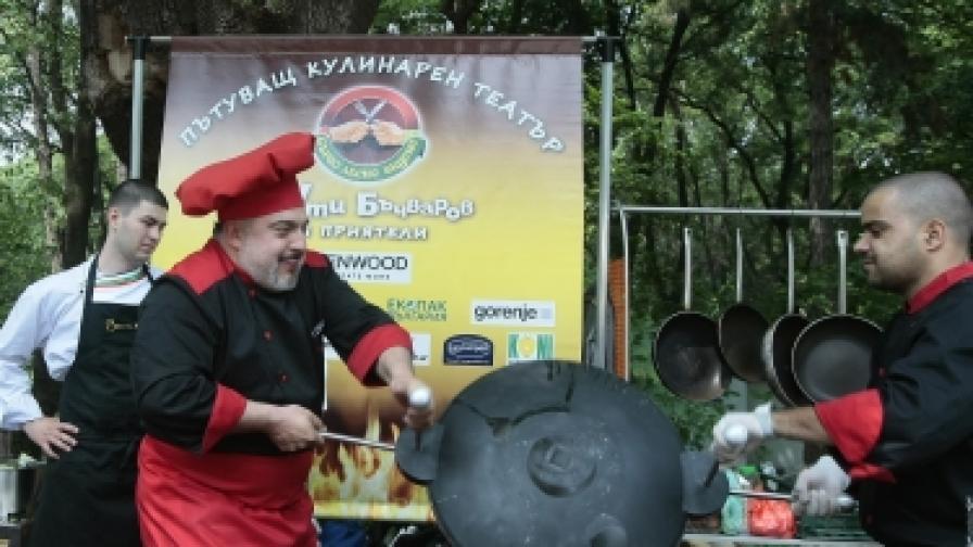 Артистичният водещ на първото българско кулинарно телевизионно предаване беше поканил над 500 гости, които гости с вкусни салати и мезета, прекрасна скара, пикантни манджи, студена бира и други подходящи за рожден ден напитки
