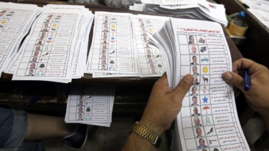 Броене на бюлетини след първия тур на изборите в Египет