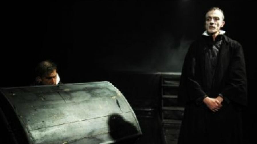 """Сцена от """"Завръщане във Витенберг"""" на Иван Добчев и Георги Тенев в Театралната работилница """"Сфумато"""""""