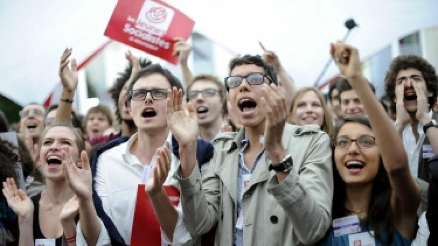 Млади френски социалисти празнуват победата в парламентарните избори