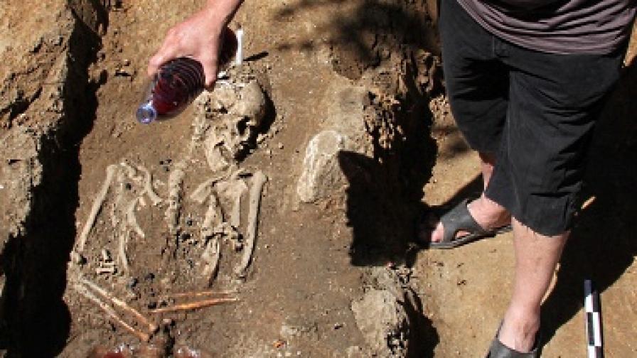 Николай Овчаров препогребва открития във Велико Търново вампир