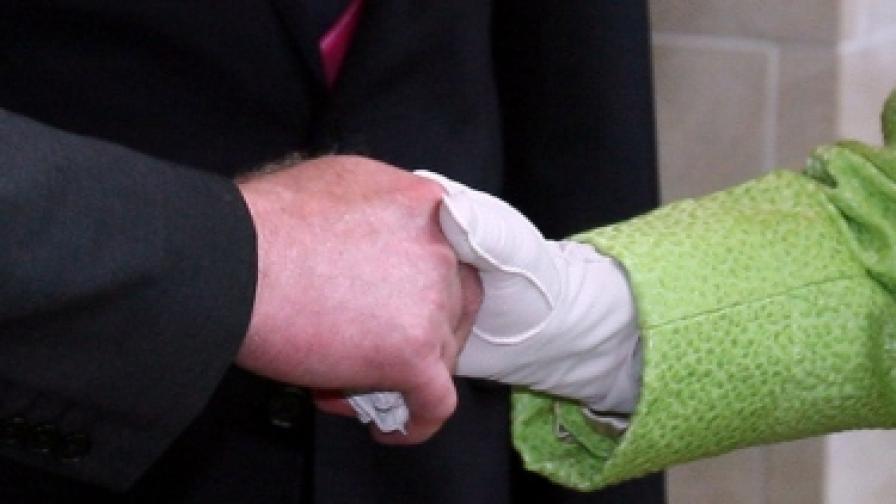 Едно историческо ръкуване на британската кралица