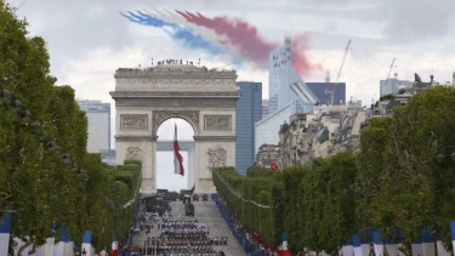 Французите отбелязаха националния си празник с военен парад