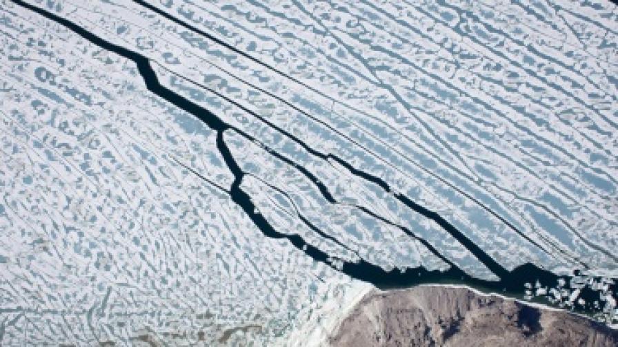 Огромен айсберг се откъсна от ледник в северна Гренландия