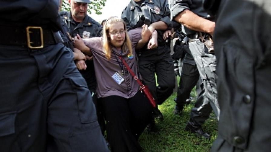 Полицаи задържат защитничка на гей правата, която се опитва да вземе участие в гей парад в Санкт Петербург на 7 юли 2012 г.