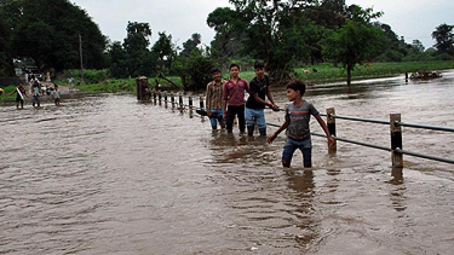 Наводнения отнеха живота на десетки в Пакистан и Индия