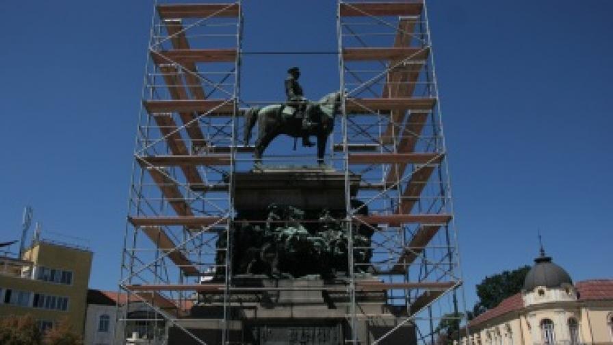 Реставрират паметника на Цар Освободител