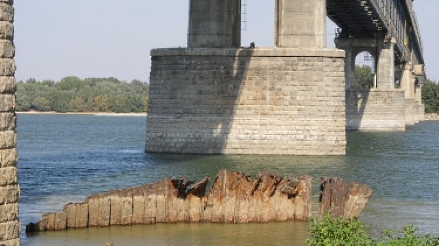 Роми режат Дунав мост за скрап
