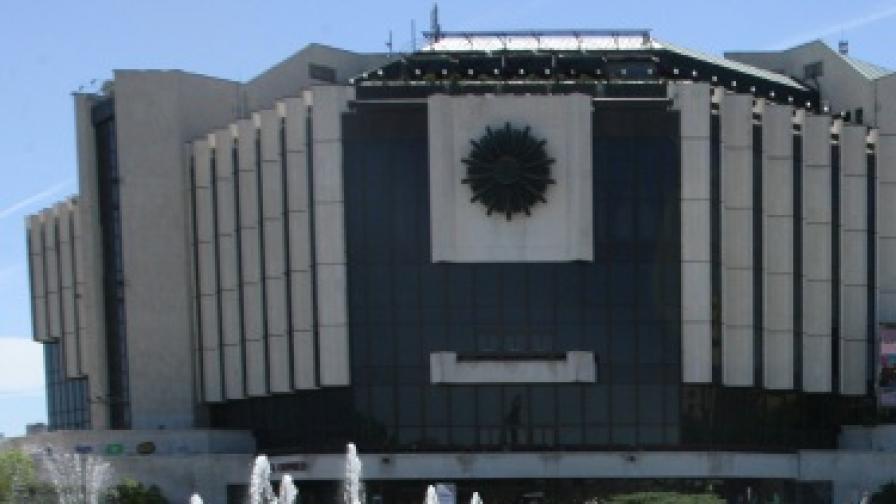 """""""Летящи"""" танцьори върху фасадата на НДК"""